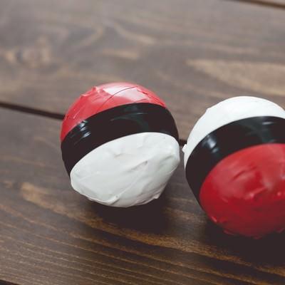 「手作り感満載の紅白ボール」の写真素材