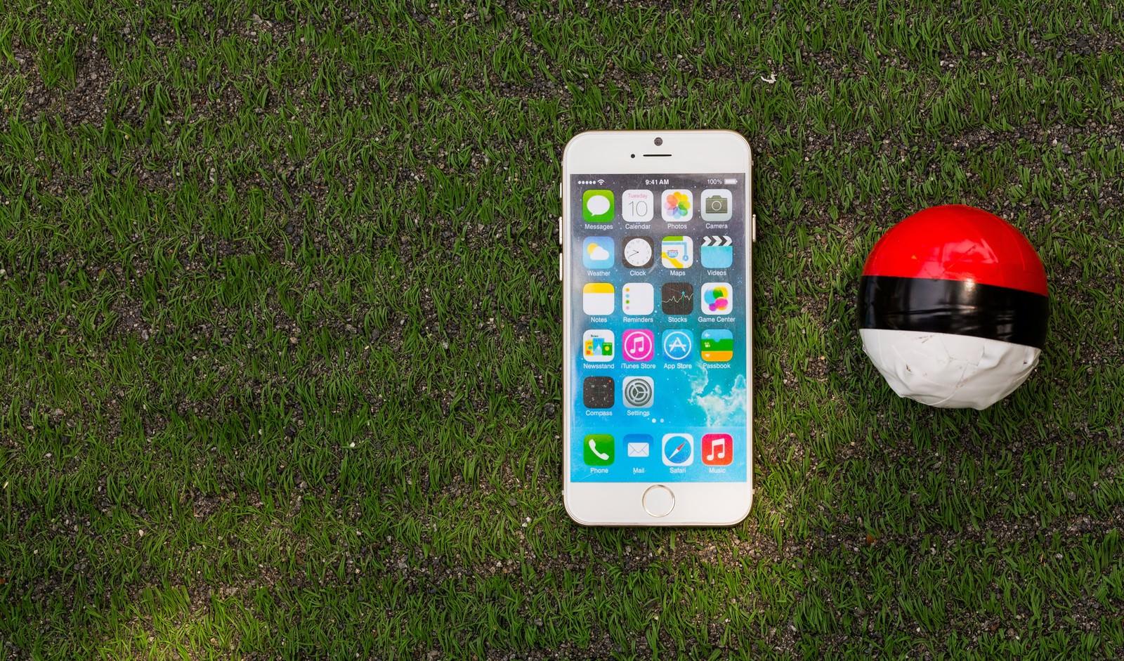 「芝の上にある紅白ボールとスマートフォン」の写真