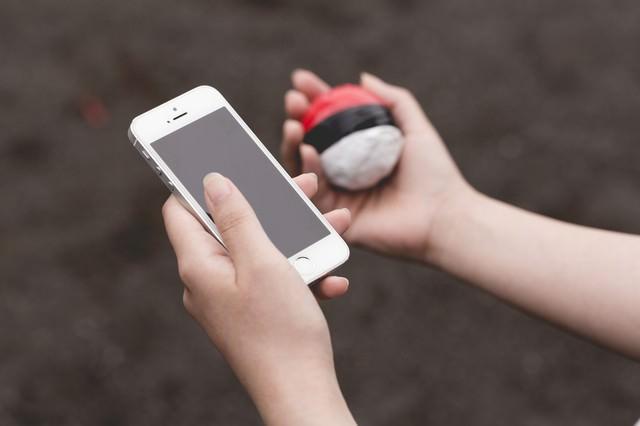 近くにいる野生の紅白ボールを探すプレイの写真
