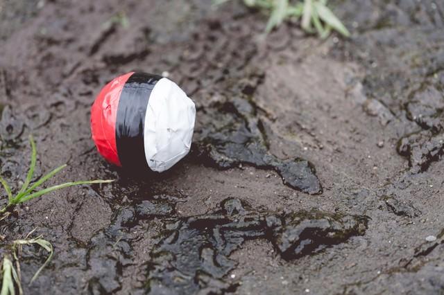 水辺(泥)付近に落ちてた紅白ボールの写真