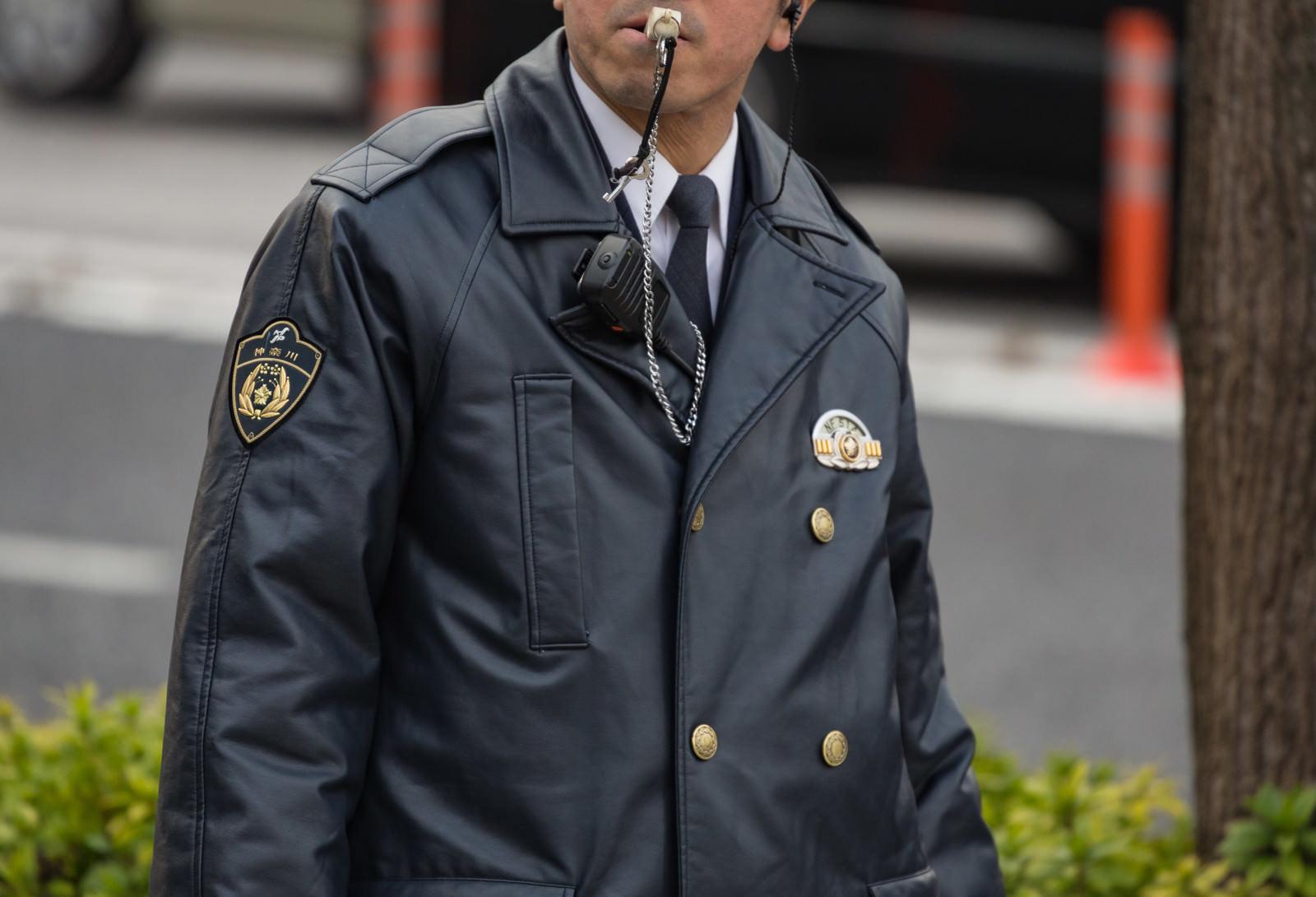 「笛を吹く警察官」の写真