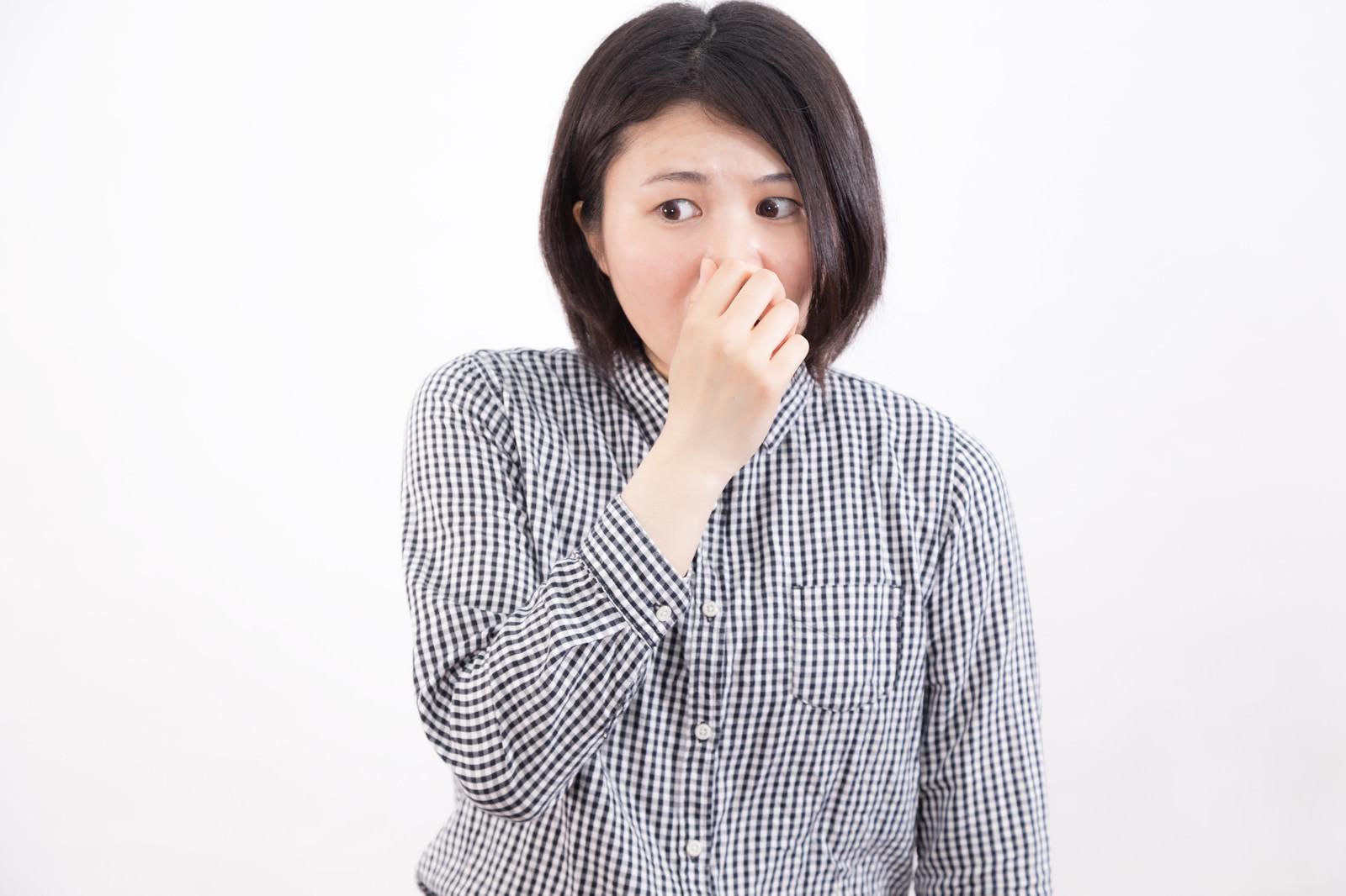 「鼻をつまむほどの悪臭」の写真[モデル:佐竹PP]