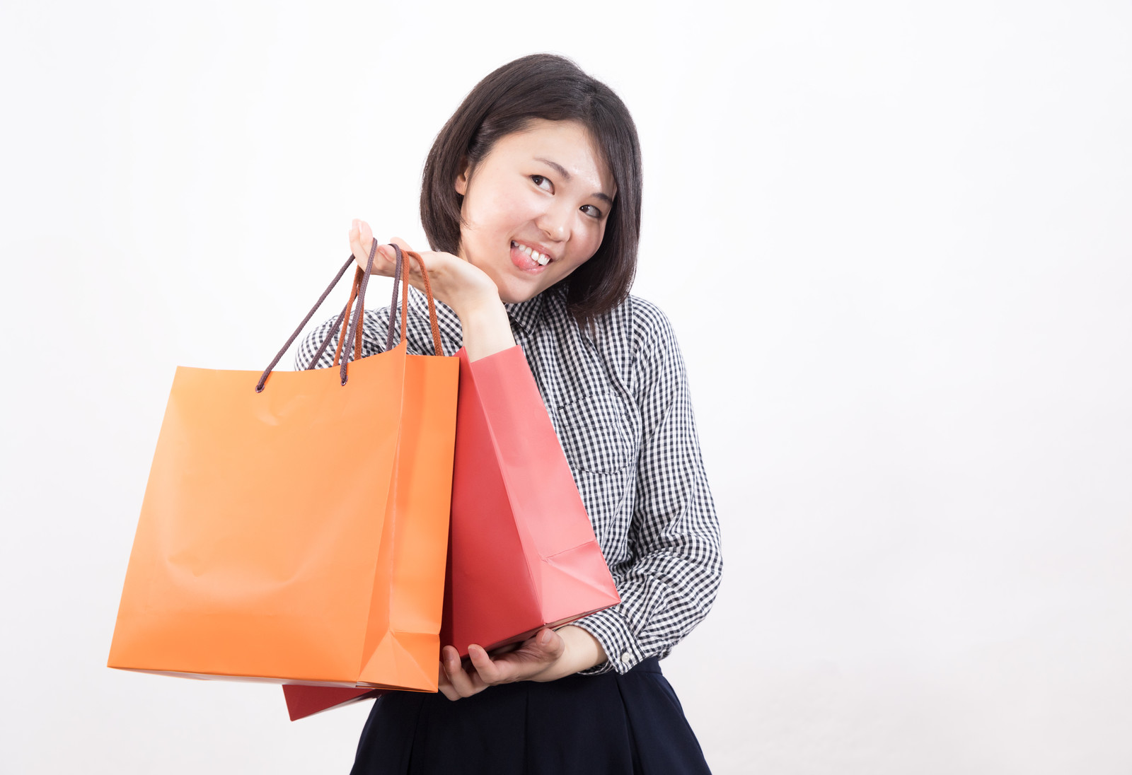 「セール品をゲットした女性」の写真[モデル:佐竹PP]