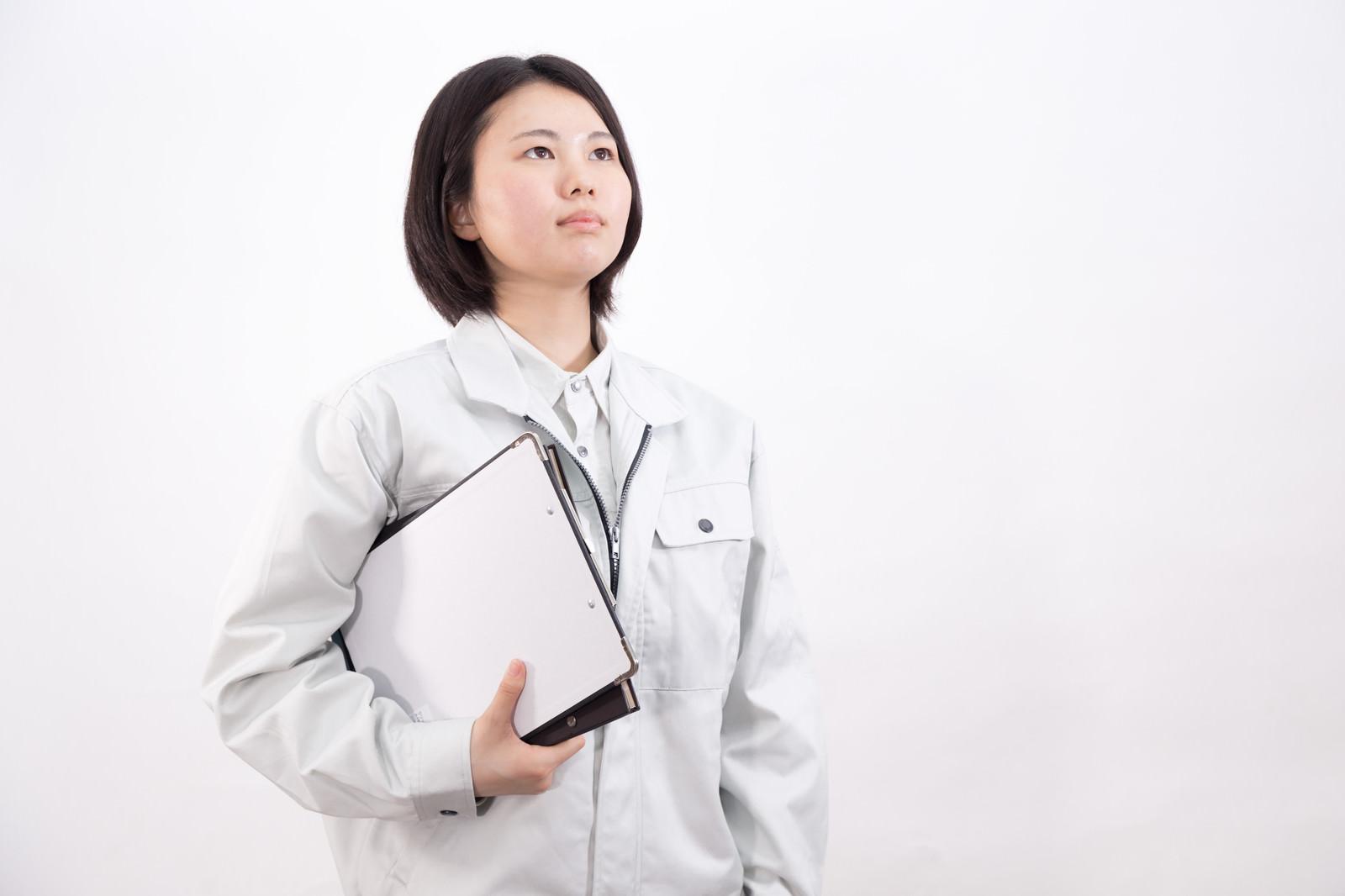 「ファイルを持った女性作業員」の写真[モデル:佐竹PP]