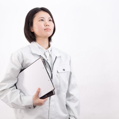 ファイルを持った女性作業員の写真
