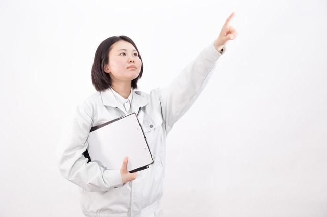 目標を掲げる女性作業員の写真