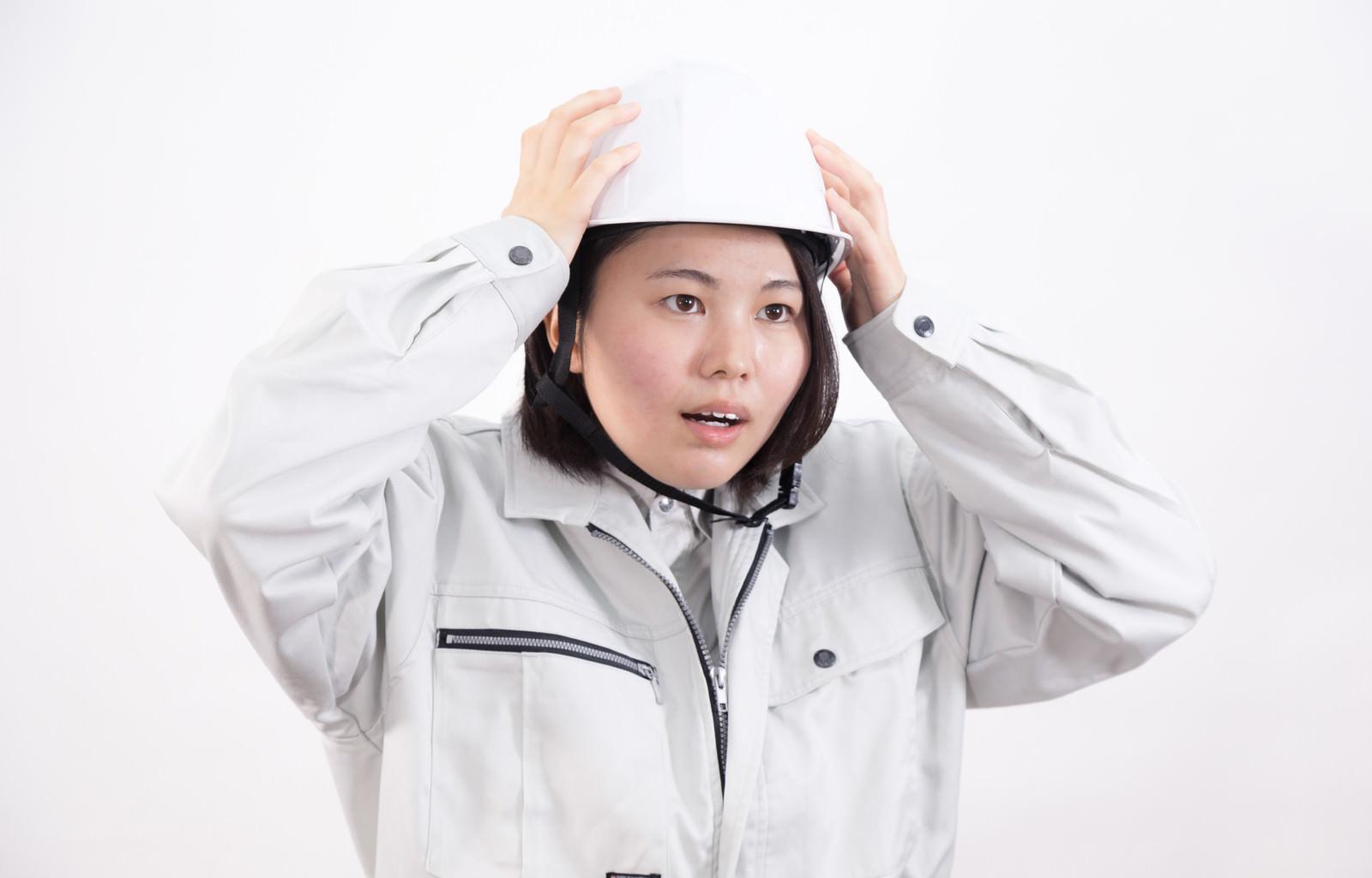 「ヘルメットを着用する女性作業員」の写真[モデル:佐竹PP]