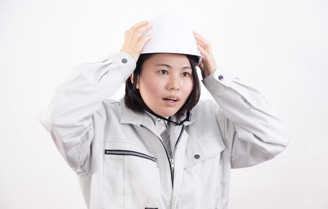 ヘルメットを着用する女性作業員の写真