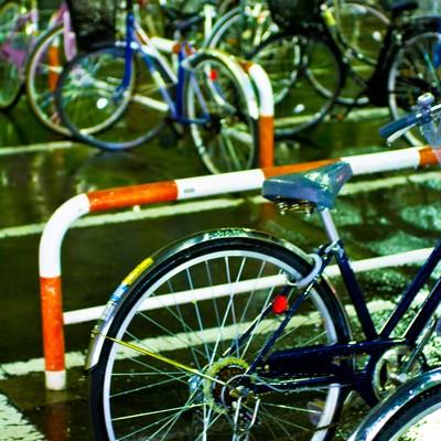 雨に濡れた自転車の写真