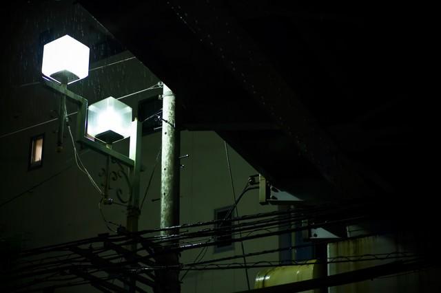 高架下の街灯と雨の写真