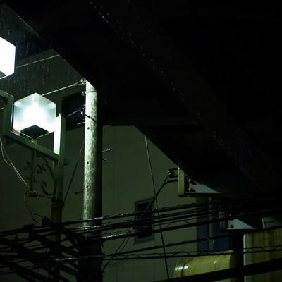 「高架下の街灯と雨」の写真素材