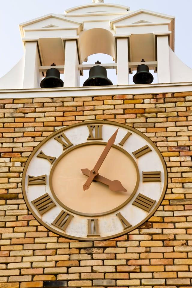 ベルのある時計台の写真