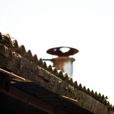 ボロボロの屋根の写真