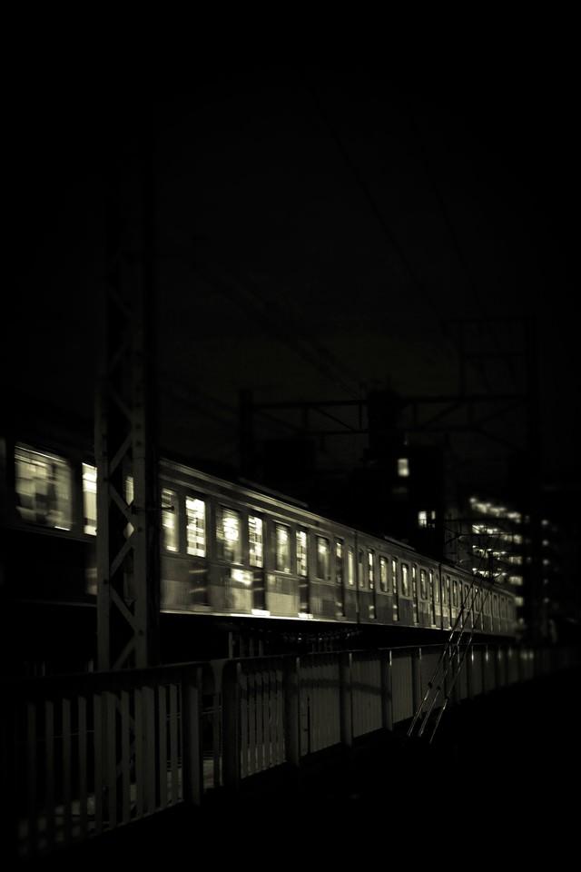 高架を通過中の電車(夜間)の写真