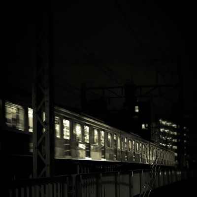 「高架を通過中の電車(夜間)」の写真素材
