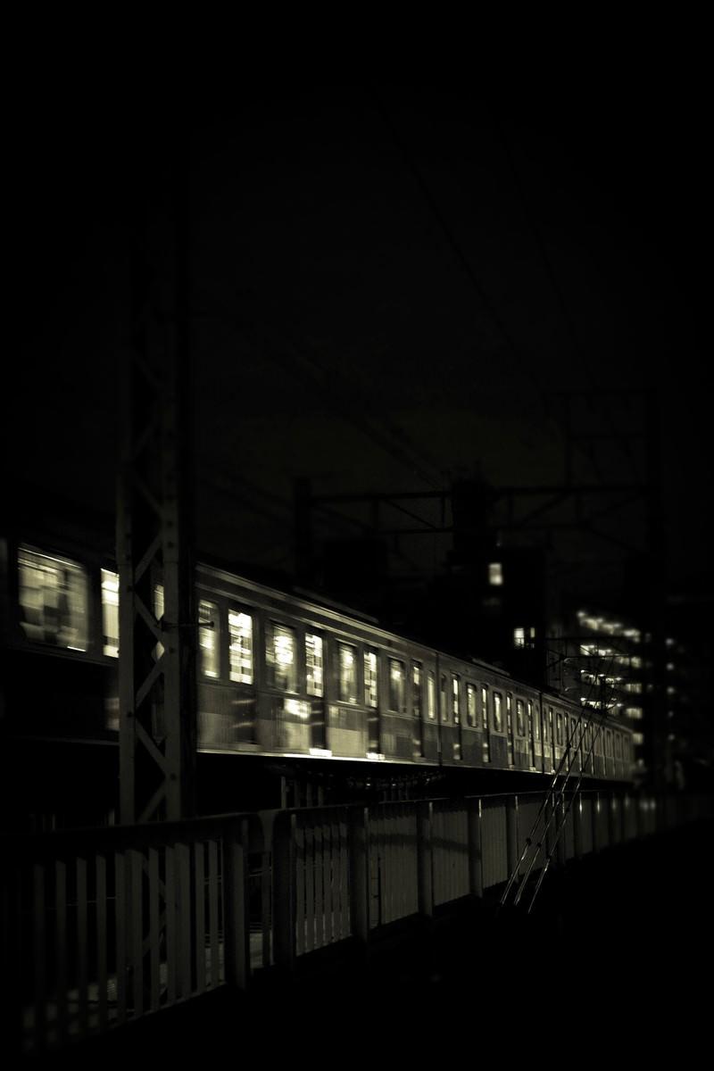 「高架を通過中の電車(夜間)」の写真