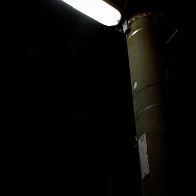 「明かりをともす電灯」の写真素材