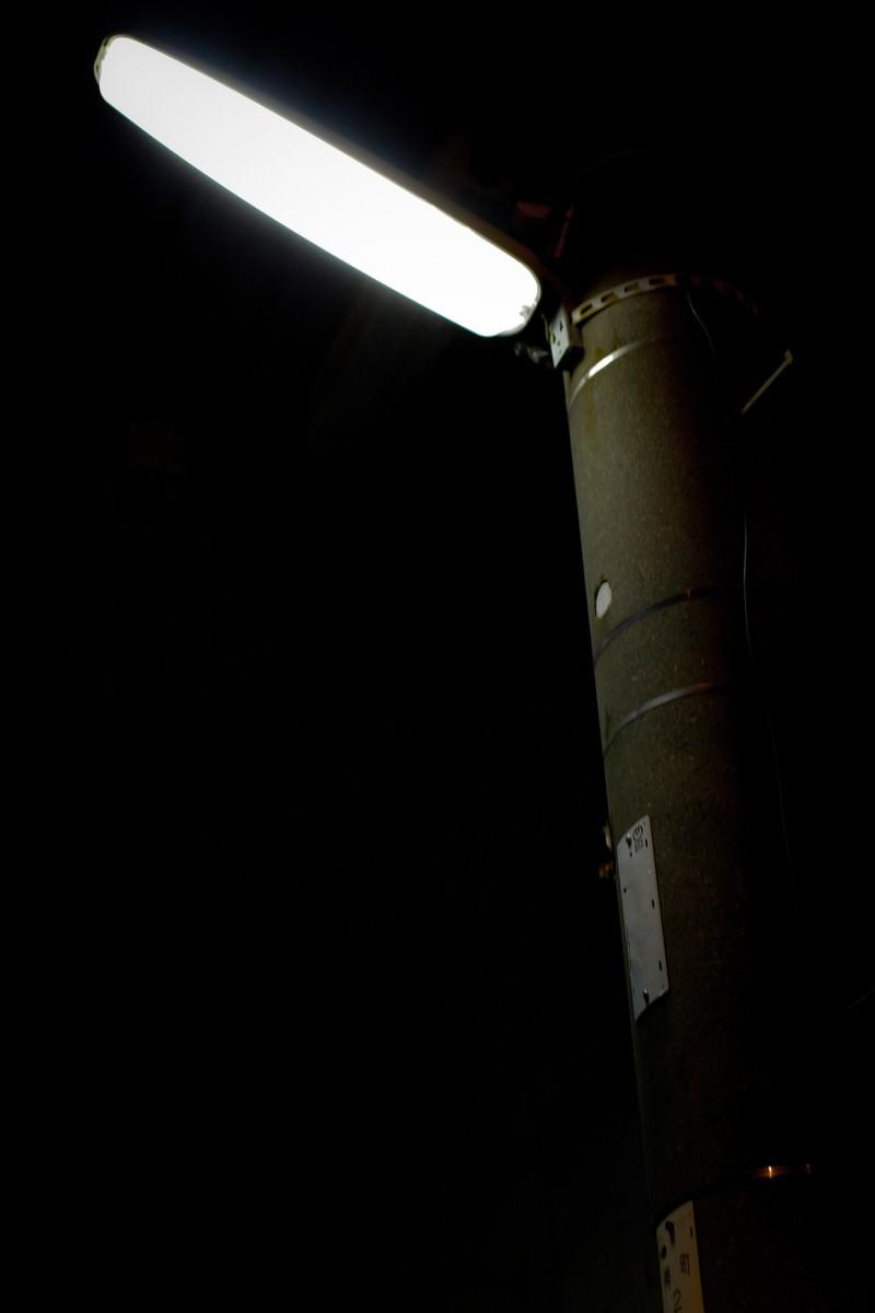 「明かりをともす電灯」の写真