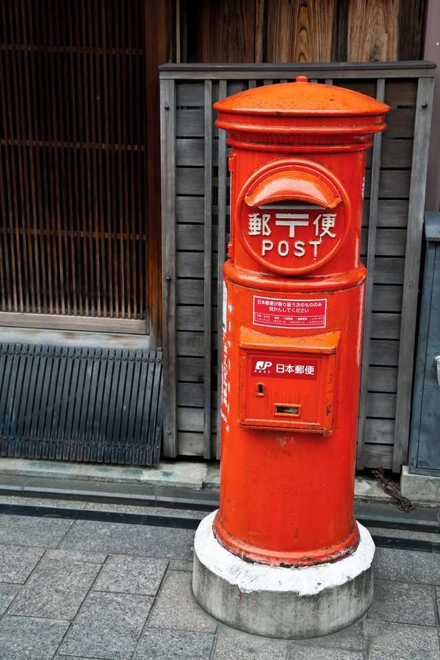 古くて赤い郵便ポストの写真