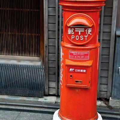 「古くて赤い郵便ポスト」の写真素材