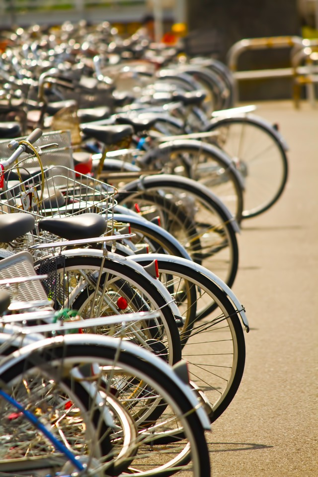 放置や違法駐輪の自転車の写真