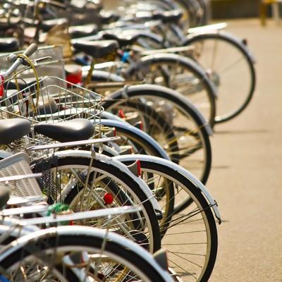 「放置や違法駐輪の自転車」の写真素材