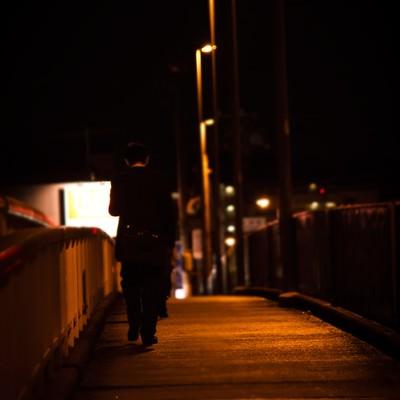 「帰宅中のサラリーマン(後ろ姿)」の写真素材