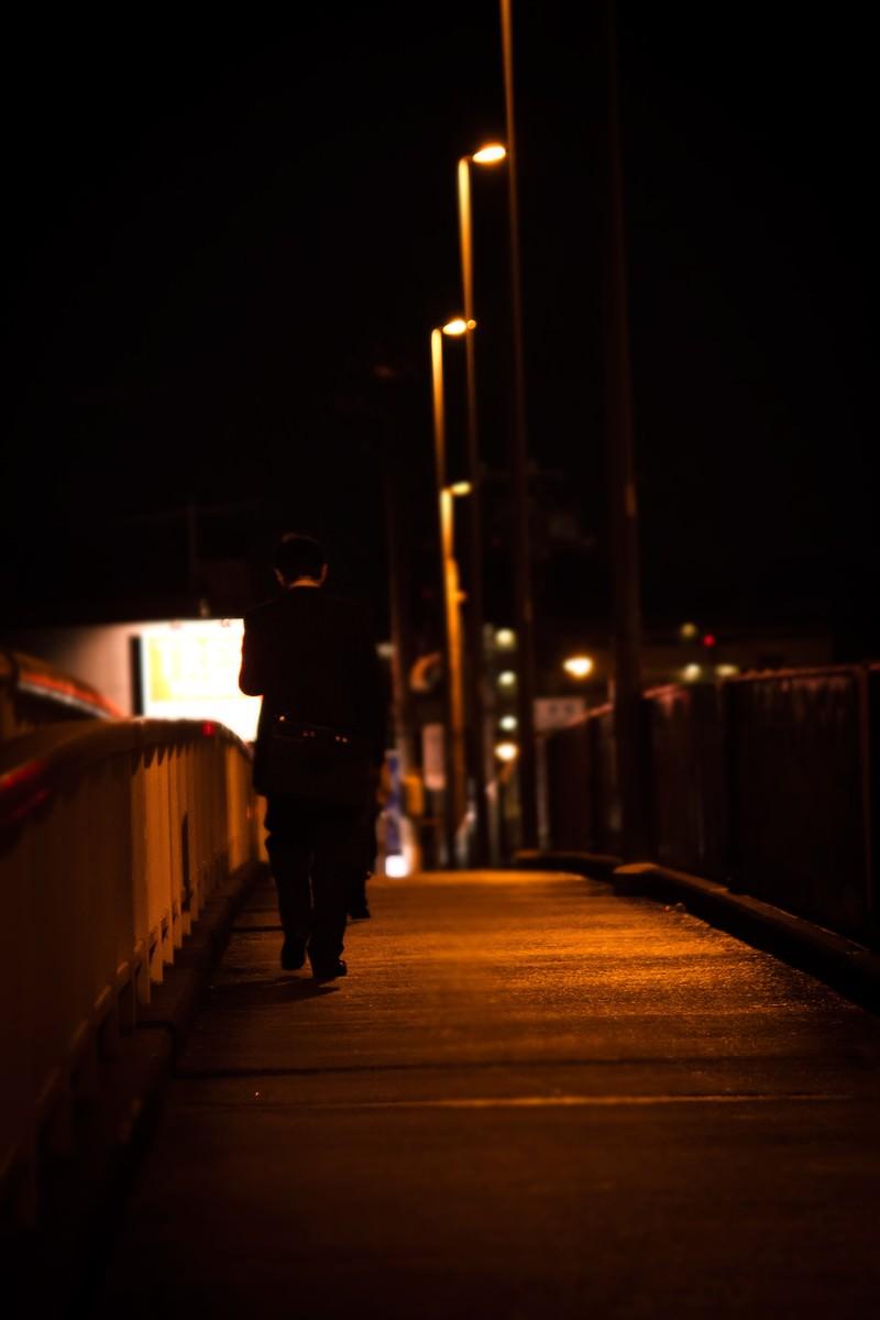 「帰宅中のサラリーマン(後ろ姿) | ぱくたそフリー素材」の写真