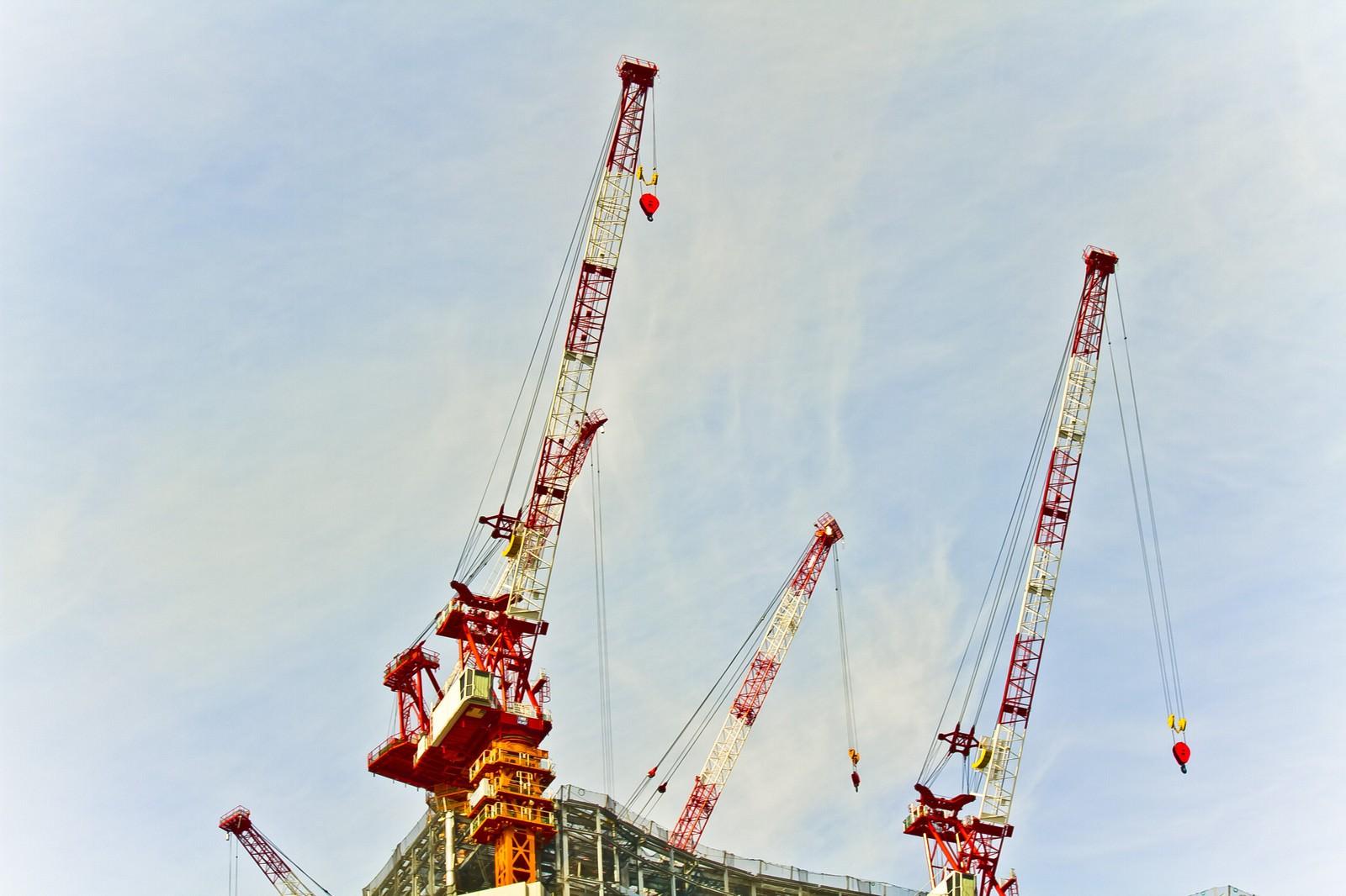 「建設現場のクレーン」の写真