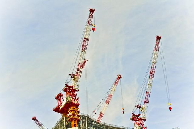 建設現場のクレーンの写真