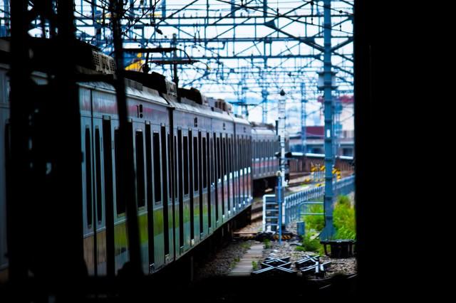 すれ違う電車の写真