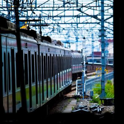 「すれ違う電車」の写真素材