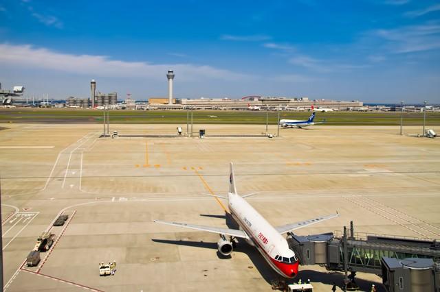 飛行機と滑走路の写真
