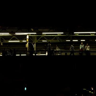 夜の有楽町駅(構内)の写真