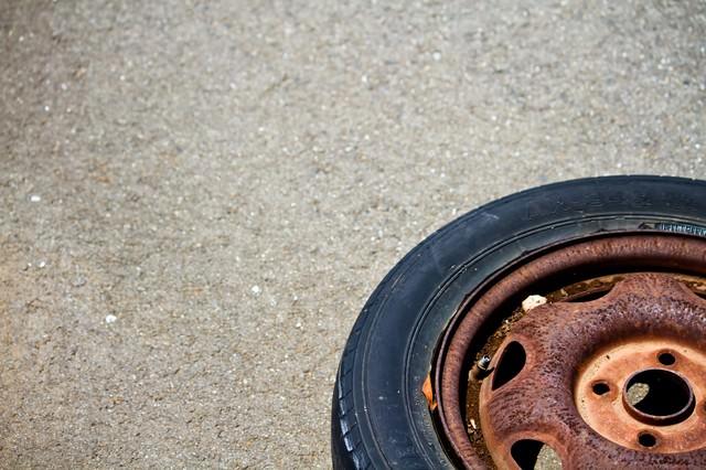 錆びて放置されたタイヤの写真