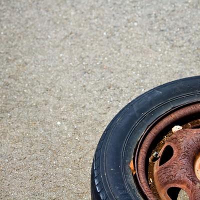 「錆びて放置されたタイヤ」の写真素材