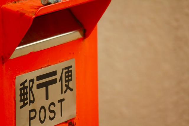 街角の赤い郵便ポストの写真