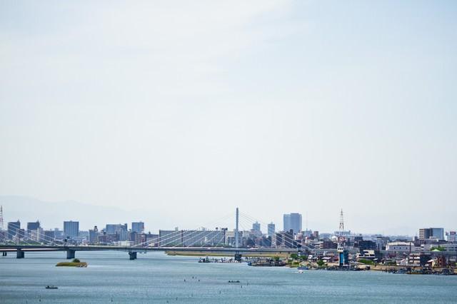 多摩川と街並みの写真