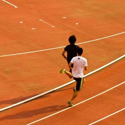 「競技場を走る陸上選手」の写真素材