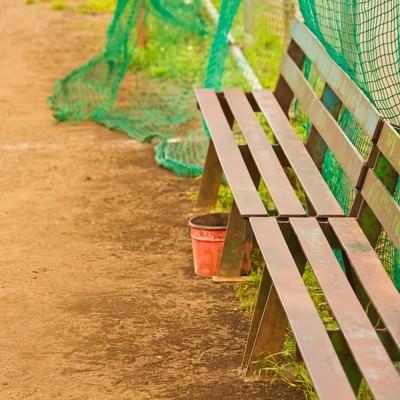 「草野球の鉄のベンチ」の写真素材