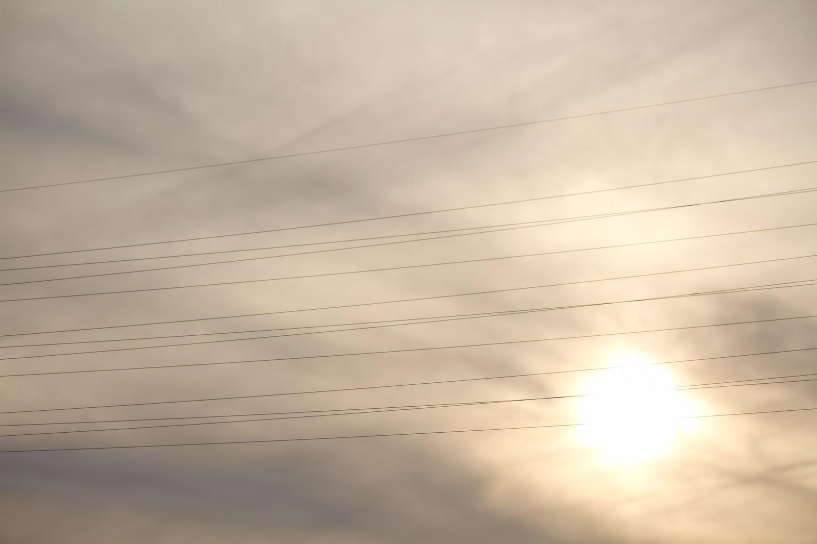 「夕暮れと電線」の写真