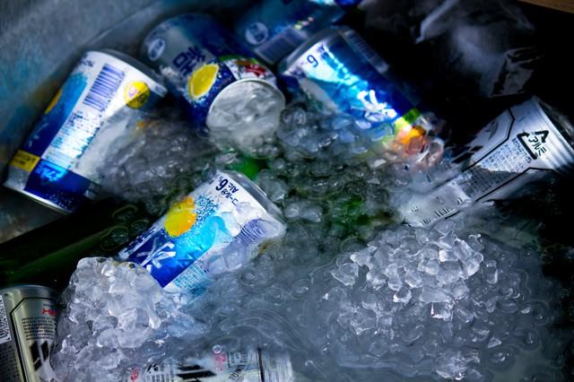 氷で冷やされたビールの写真