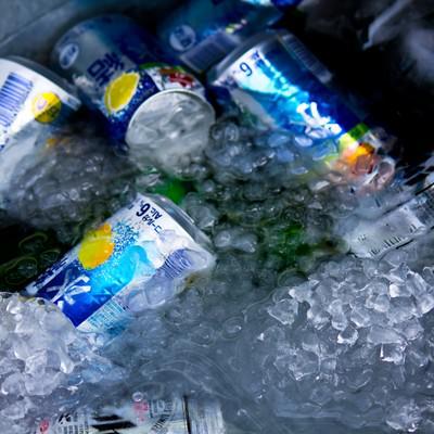 「氷で冷やされたビール」の写真素材