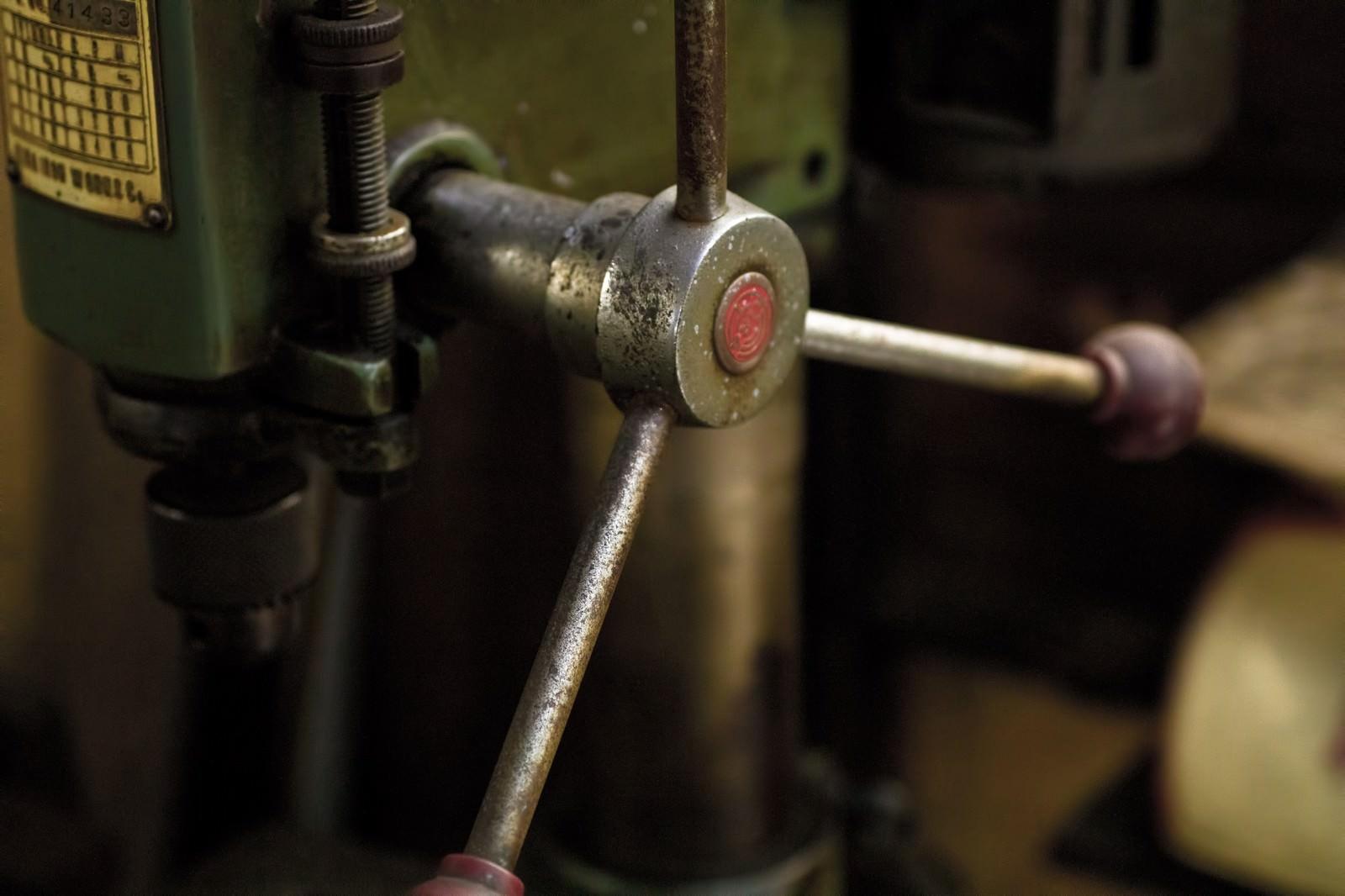 「錆びたボール盤のハンドル」の写真