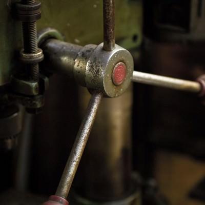 「錆びたボール盤のハンドル」の写真素材