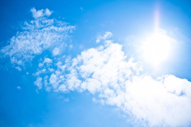 真夏日の日差しと青空の写真