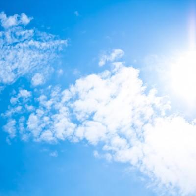 「真夏日の日差しと青空」の写真素材