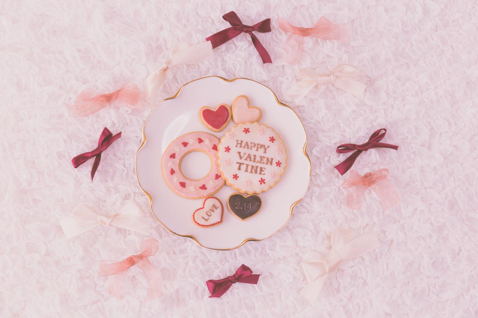 「リボンに囲まれるハートのクッキー(バレンタイン)」の写真