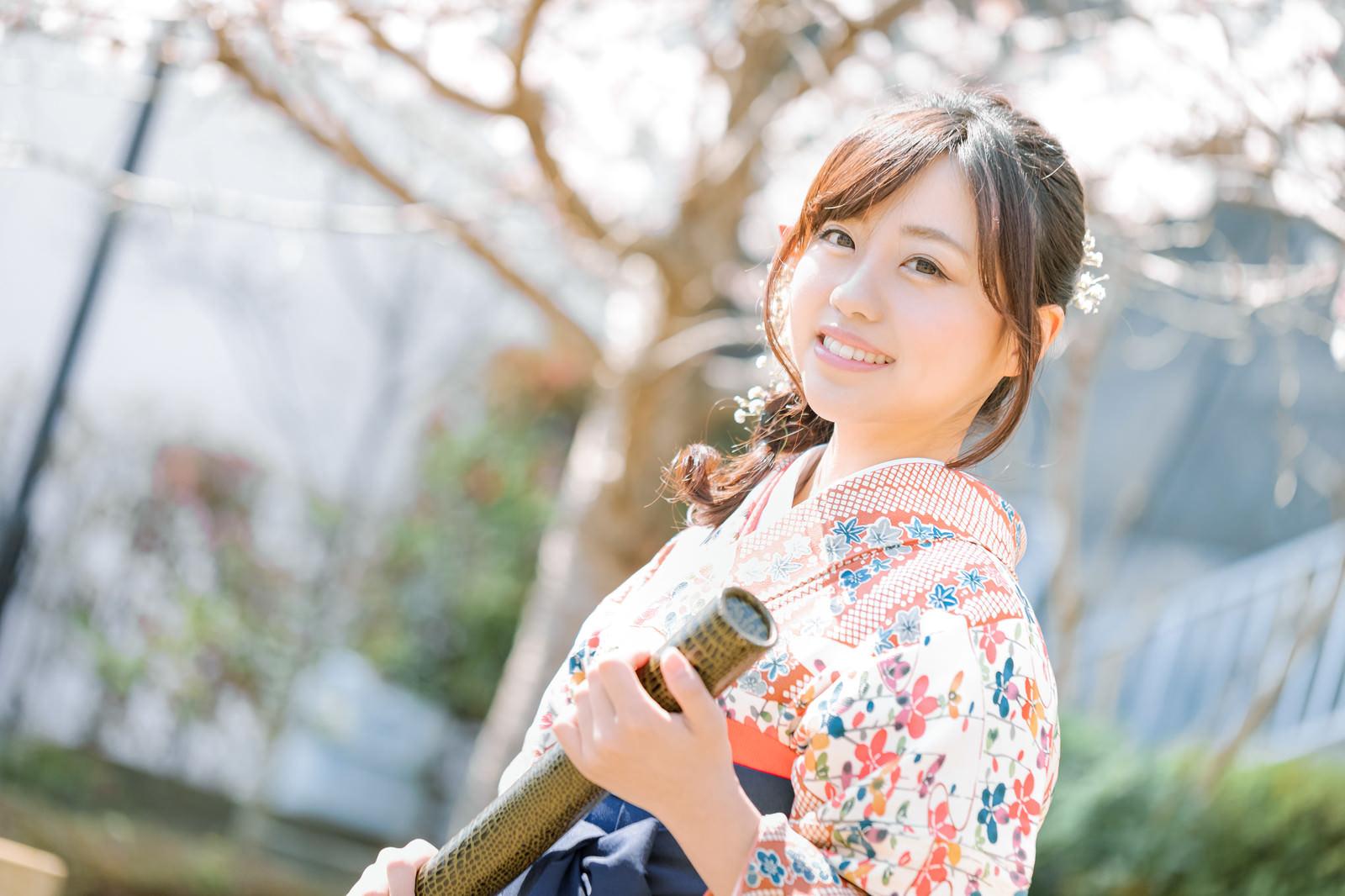 「卒業証書を持った袴女子」の写真[モデル:河村友歌]