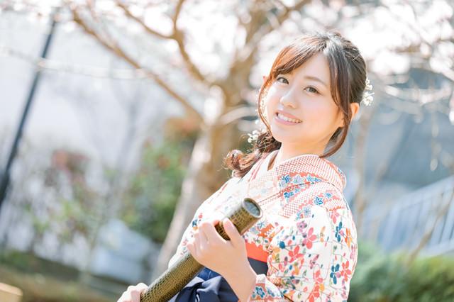 卒業証書を持った袴女子の写真